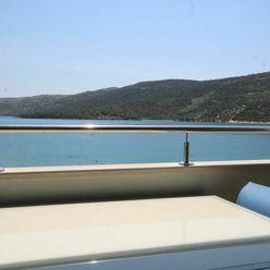 Pěkný apartmán s výhledem na moře a v 1. řadě, Marina, Chorvatsko