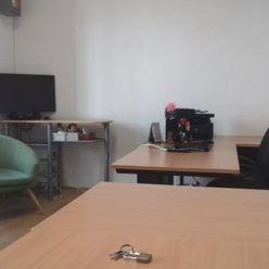 Kancelária/ obchodný priestor v pasáži na námestí