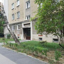 ŽIADNA PROVÍZIA REALITKE / Priestranný 3-izbový byt S BALKÓNOM, 87m2, pri OC CENTRAL / Jelačičová ul