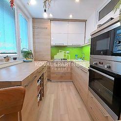 Predáme luxusný kompletne zrekonštruovaný 2-izbový byt v Zlatých Moravciach