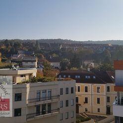 Ponúkame  na  predaj  priestranný  6izbový  byt  s  terasou  na  Legionárskej  ulici  v  Trenčíne.