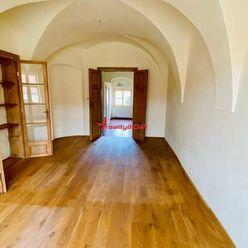 2. izbový byt priamo na starobylom námestí Svätého Jura