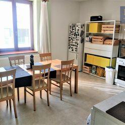 Prenájom 3 - izbového zariadeného bytu s parkovaním v rodinnom dome Malá Praha