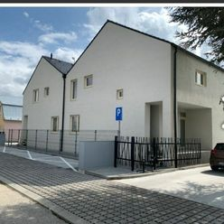 Ponúkame na predaj NOVOSTAVBU 3 izbového bytu s balkónom a parkovacím miestom v zastavanej časti obc