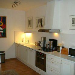 Priestranný, slnečný 2-izbový byt, prerobený na 3-izbový s park. miestom na predaj na Kresánkovej ul