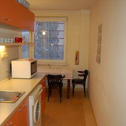 Prenajmeme priestranný 2-izbový byt /62m2/ s balkónom na ulici Nezábudková, pri OC RETRO, lokalita B