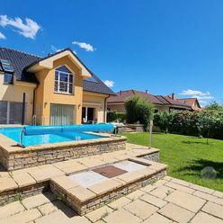 PREDAJ – 5-izbový rodinný dom s bazénom, krbom a okrasnou záhradou  – Stupava, ul. Krajná