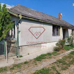Šikovný 3 izbový RD na prekrásnom pozemku v obci Jelka.