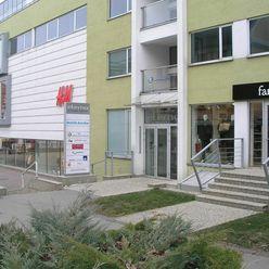 Prenájom priestorov vhodných na obchod, alebo služby na námestí v Poprade