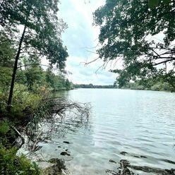 Rekreačný pozemok o výmere 2092 m2 na Lábskej pieskovni pri vode .