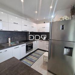 Ponúkame na predaj 3 izbový byt po kompletnej rekonštrukcii, 64 m2+ loggia na ulici Kollára v Dubnic