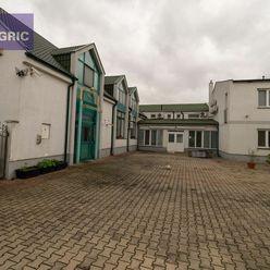 Na predaj administratívna budova s dieľňou a rodinným domom v Komárne