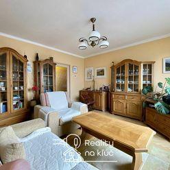 Tehlový 3-izbový byt s balkónom, garážou a záhradou v dobrej lokalite v Nových Zámkoch