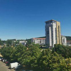 1izb. byt 39m, samostatná kuchyňa, loggia 7m2, Karloveská ul., 4/8p.,  cena je VRÁTANE ENERGIÍ