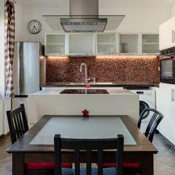 HERRYS - Na predaj veľmi priestranný 2 izbový byt v tehlovom bytovom dome v Starom Meste