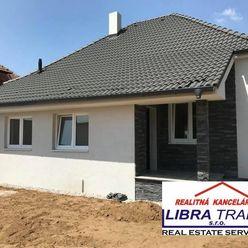 IBA U NÁS! PREDAJ - Kompletne prerobený 2 izbový rodinný dom s garážovým stánkom, altánkom vo dvore,