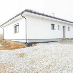 IBA U NÁS!! Na predaj krásny 4 izbový bungalov na kľúč,130m2, Pečeňany