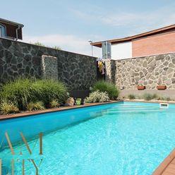 VRAKUŇA - Orchideová ul. - 4i mezanín, 117 m2 - záhrada, BAZÉN, kamerový systém, krb