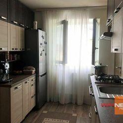 Na predaj 2 izbový byt s balkónom, 2 pivnicami a garážou, v širšom centre Lučenca