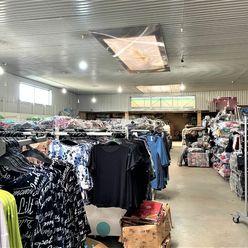 Obchodno - skladovacie priestory s výmerou 1200 m2, na začiatku Jazera