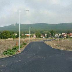 Predaj stavebný pozemok 528 m2 pod Zoborom v Nitrianskych Hrnčiarovciach vš. IS