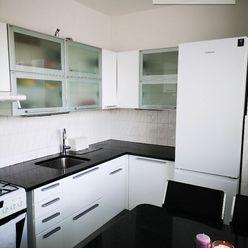 Príjemný 3 izbový byt s presklenou lodžiou vo Vrakuni je na prenájom