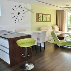 Moderný, čiastočne zariadený 4-izbový byt so záhradou a 2 park. miestami