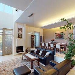 Moderný 6 izb. rodinný dom v tesnej blízkosti lesa, excelentná záhrada 1469 m2 s bazénom