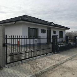 Moderné bývanie 4-izbového bungalovu v štandarde s elektrickými žalúziami a oplotením