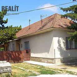 x REZERVOVANÝ x Starší 3-izbový dom vo veľmi dobrom stave, pozemok 1315 m2, obec Báč (5 km od Šamorí