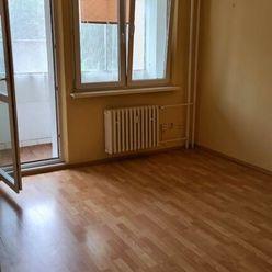 Ponúka Vám na predaj priestranný 3 izbový byt s loggiou a pivnicou na Bodrockej ulici.