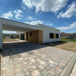 Moderný nízkoenergetický bungalov pri ramene Váhu a kúpeľoch