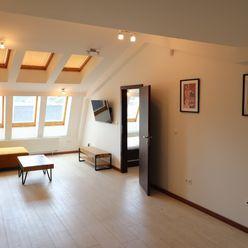 Priestranný podkrovný 2 izbový byt v centre mesta