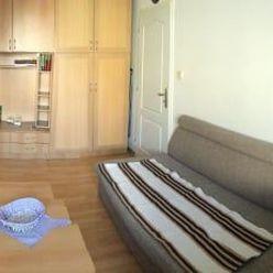 1 – izbový byt sa nachádza na 2. poschodí tehlového bytového domu bez výťahu na Kvetnej ulici, v čas