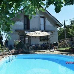 Predaj rodinný dom s bazénom; 2x garáž; pozemok 689m2; obec Hviezdoslavov