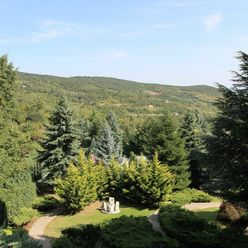 PREDAJ - exkluzívny pozemok v prírode s chatou a bazénom, Svätý Jur.