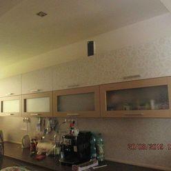 Novostavba:  5 izbový  dom s garážou, s otvorenou letnou kuchyňou v záhrade, 25 km od Bratislavy