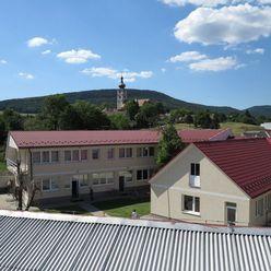 Na predaj dvojpodlažná administratívna budova v centre obce Čachtice, NMnV