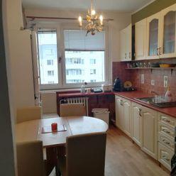 TOP Realitka – EXKLUZÍVNE - veľký 3 izbový byt, zariadenie, loggia, pivnička, zateplenie, ticho, výh