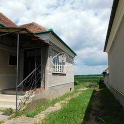 Ponúkame Vám na predaj ihneď obývateľný  rodinný dom v obci Dvory nad Žitavou .