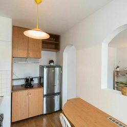 Priestranný 3 izbový zariadený byt na predaj v Sásovej