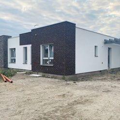 NOVINKA - 4 izbové rodinné domy, 2x kúpeľňa, s terasa, parkovacie miesta, prístrešok, realizácia záh
