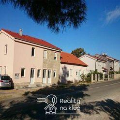 3 pekné poschodové apartmánové domy na krásnom obľúbenom ostrove Rab v mestečku Barbat v Chorvátsku