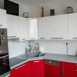 Čiastočne zrekonštruovaný 2 izb. byt na SIBÍRSKEJ ul. s loggiou-balkónom-pivnicou