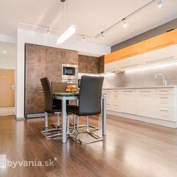 TUPÉHO, 4-i byt, 128 m2 - VÝHĽAD NA MESTO, balkón, PRESKLENÁ OBÝVAČKA, garážové státie, ŠATNÍK