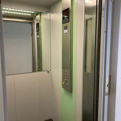 Na Predaj priestranný, pekný 4 izbový byt s loggiou, KE Terasa