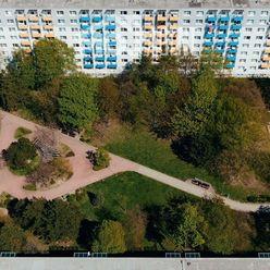 EXKLUZÍVNE ! - veľký 2 izbový byt, tiché prostredie, výhľad do parku, pri OC Retro