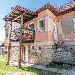 Rodinný dom v obci Štrba s veľkou záhradou a možnosťou využitia na podnikanie.
