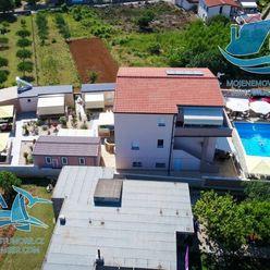 Krásně zařízený dům s osmi apartmány a dvěma bazény