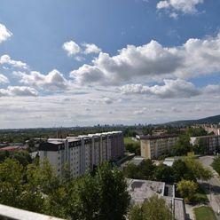 PREDAJ 4-izb. byt v žiadanej lokalite s priestrannou loggiou a krásnym výhľadom na Kadnárovej ulici,